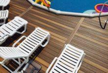 דק סינטטי מותקן בבריכה