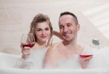 זוג בתוך אמבט קצף עם יין - רעיון נפלא ליום האהבה