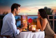 ארוחת ערב רומנטית לאור נרות עם יין