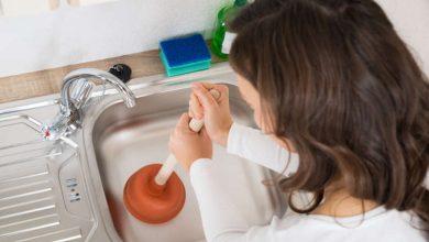 פתיחת סתימה בכיור מטבח באמצעות פומפה